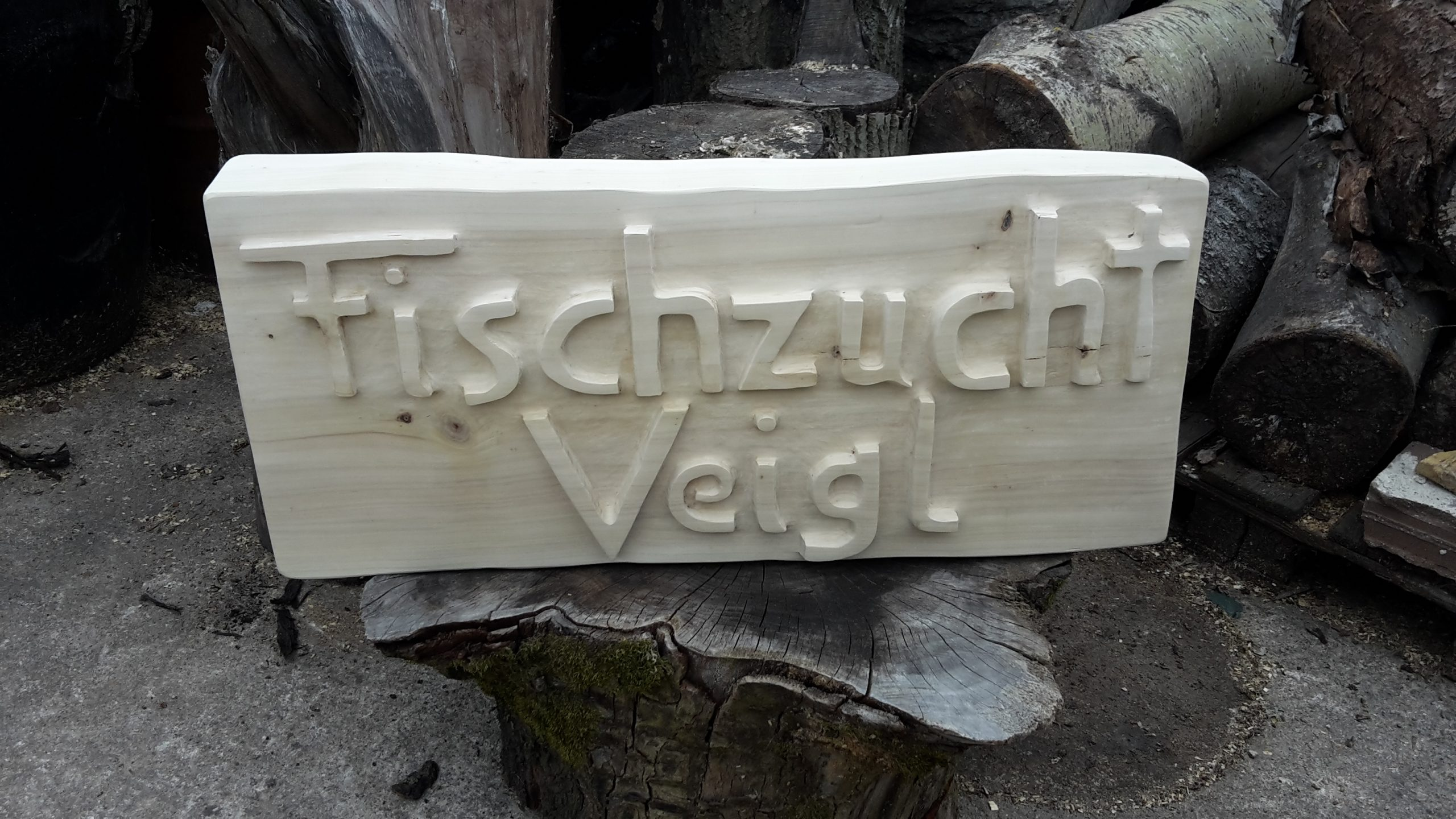 Holztafel mit Schriftzug
